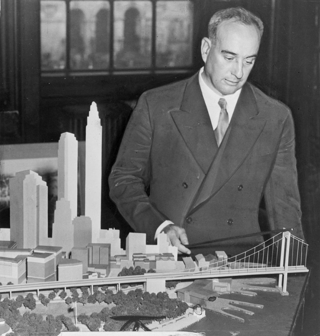 1200px-Robert_Moses_with_Battery_Bridge_model